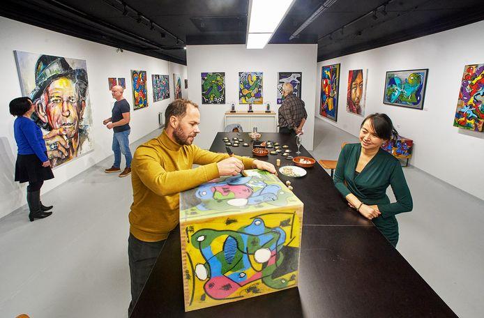 Christian van Hedel (voorgrond) in zijn nieuwe Art Studio aan de Hoofdstraat te Veghel.