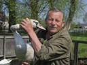 Piet Oostveen uit Nieuwerbrug toont een van zijn zwanen
