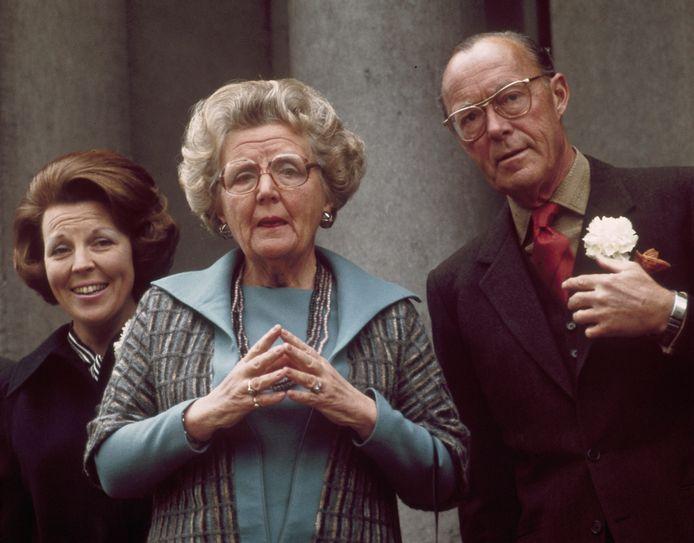 Van links naar rechts: prinses Beatrix, koningin Juliana en prins Bernhard.