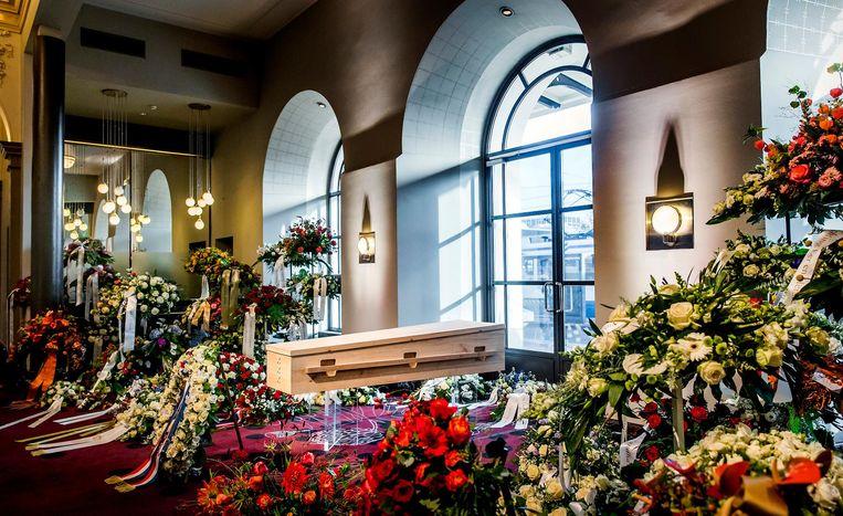 De gesloten kist van burgemeester Eberhard van der Laan is opgesteld in het Concertgebouw om mensen de gelegenheid te geven om afscheid te nemen. Beeld ANP