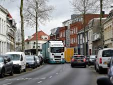 Boze bewoners filmen en fotograferen vrachtwagens en zetten zelf achtervolging in