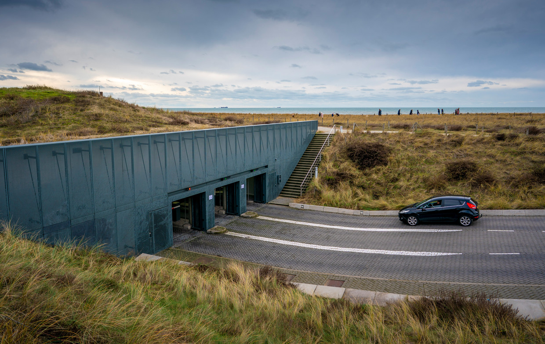 'Eerste dijk ter wereld met een verdienmodel.' De zeewering annex duin annex parkeergarage in Katwijk. Beeld Freek van den Bergh / de Volkskrant