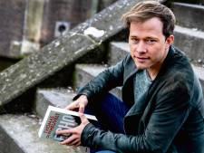 Schrijver Thomas Olde Heuvelt crasht met auto in eigen 'HEX-dorp' Beek: 'No worries'