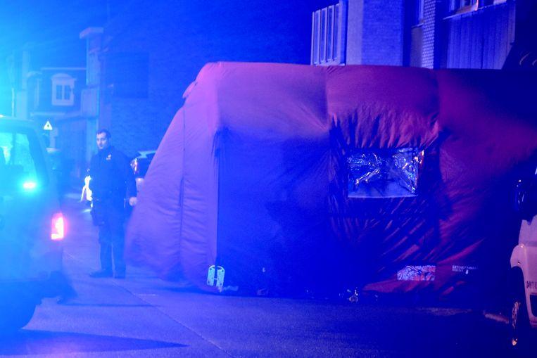 De brandweer plaatste een tent boven het stoffelijk overschot van het slachtoffer dat op straat stierf.