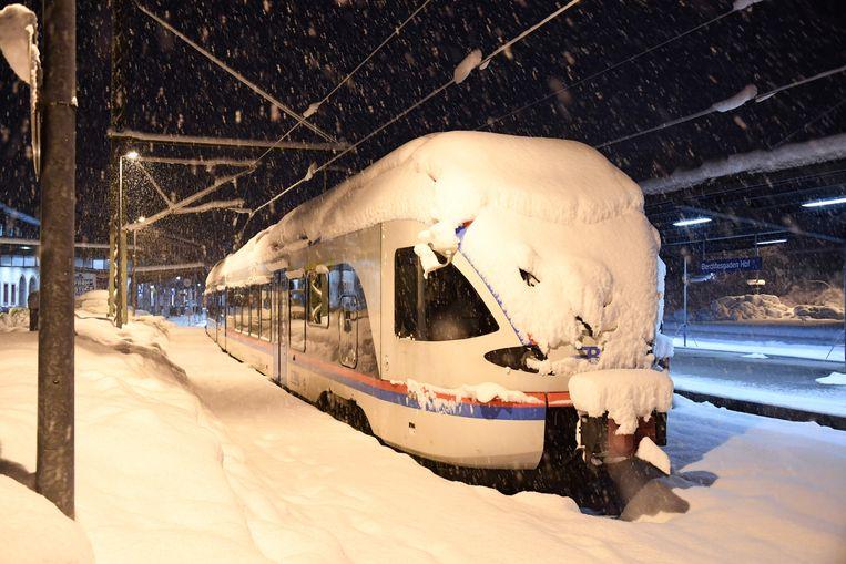 Een besneeuwde trein in het station van Berchtesgaden. Beeld AFP