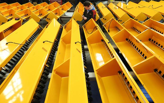 De gele bakken van Vredo voor doorzaaimachines, die een smalle gleuf in de grond maken en tegelijk de hoeveelheid zaden in de grond doseren. Foto ter illustratie.