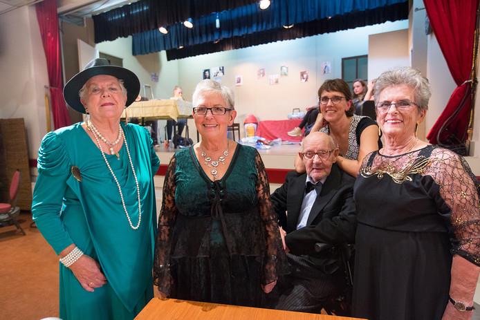 Oudgedienden van toneelvereniging Piccolo staan dit weekend weer op de planken. V.l.n.r. Ans van Buuren, Joke van den Bos, Theo Niekerk en Roos Verlaan.