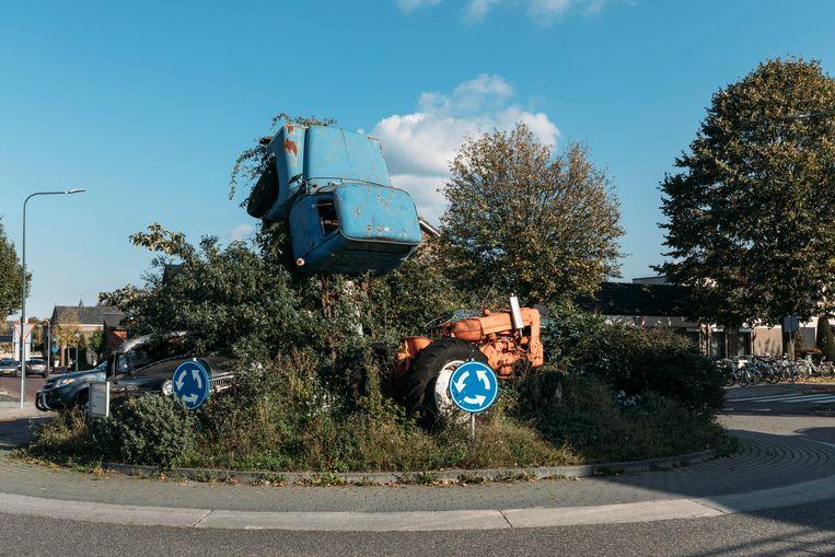 Kunstwerk of berg schroot? Over deze rotonde in Panningen zijn de meningen verdeeld. Beeld Rebecca Fertinel