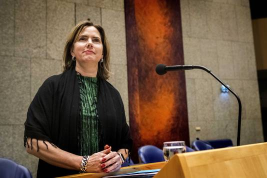 Minister Cora van Nieuwenhuizen van infrastructuur en waterstaat tijdens een debat in de Tweede Kamer.