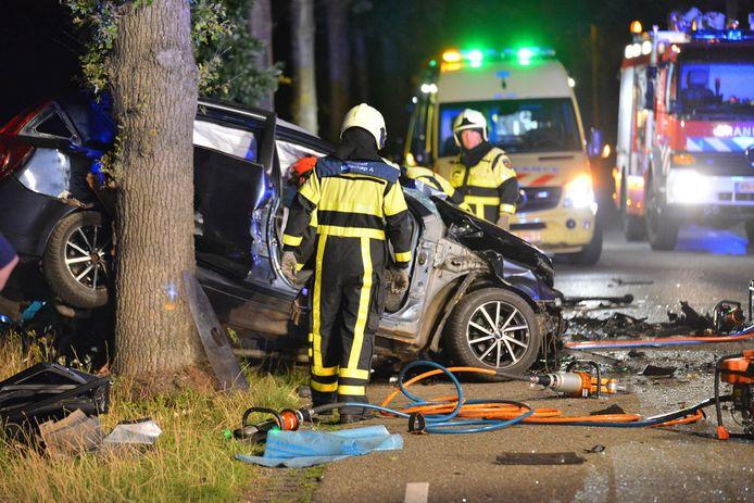 Hulpdiensten bij één van de twee betrokken auto's van het ongeluk op de Achtmaalseweg.