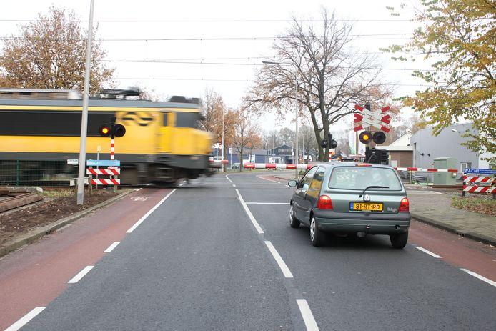 De spoorwegovergang in de Oonksweg wordt ondertunneld. Nu moet het vele verkeer en vaak wachten voor de trein.