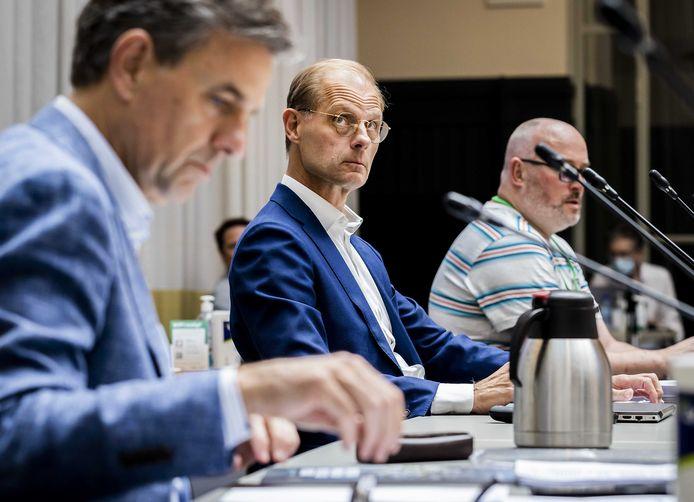 Roel Vollebregt van Nieuw Stadion BV moest als afgevaardigde van Feyenoord-directeur Koevermans veel kritiek verstouwen van ontstemde raadsleden. Links Kuip-directeur Jan van Merwijk.