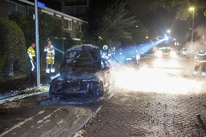 De brandweer heeft het vuur snel onder controle, op de hoek van Rooseveltlaan en de Aziëlaan in Kanaleneiland.