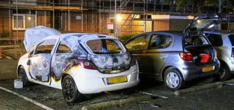 Auto gaat in vlammen op nadat Rotterdammers opschrikken door harde knal