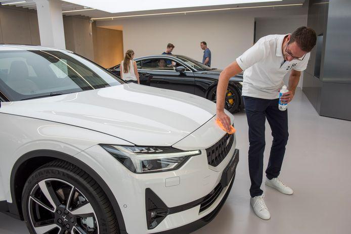 Polestar maakt volledig elektrische auto's. Die auto's moet je online gaan kopen, maar advies kun je krijgen in de showroom in Eindhoven.