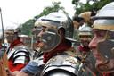 Re-enactors leven zich in de Romeinse soldaten in.