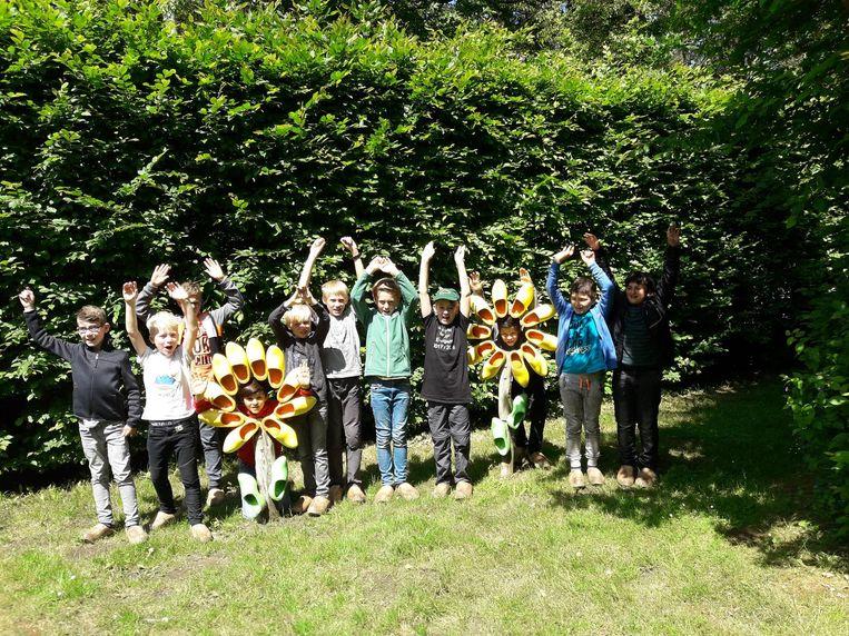 De Duitse en Vorstse kinderen bezochten samen het klompenbelevingspad in Veerle.
