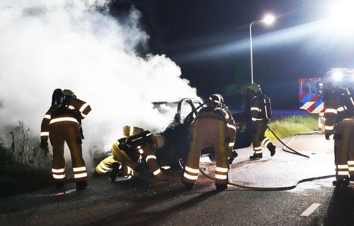Brandweerlieden doven het vuur van de auto die spontaan in brand vloog in  Rheezerveen .