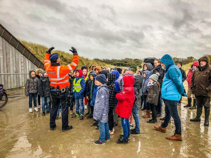 Deze leerlingen krijgen een uitleg over het kabellegschip en waarom het dwars op het strand ligt.