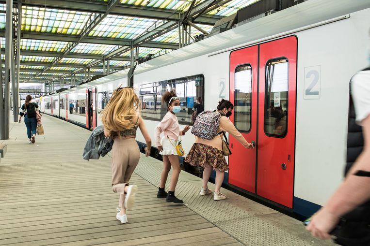 Illustratiebeeld. De bedoeling van NMBS is om de 'Kust Express'-treinen in de zomervakantie elke dag in te zetten. De treinen zijn specifiek gericht op dagjestoeristen. Beeld Tiene Carlier