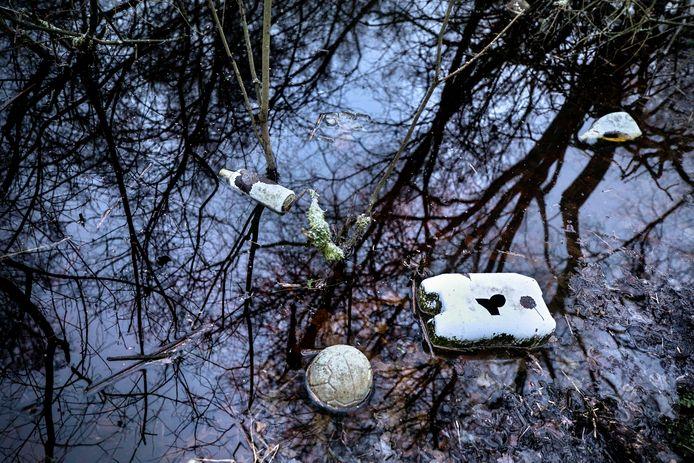 Gifvaten drijven in een sloot aan de noordkant van de voormalige vuilstort aan het Leegveld in Deurne