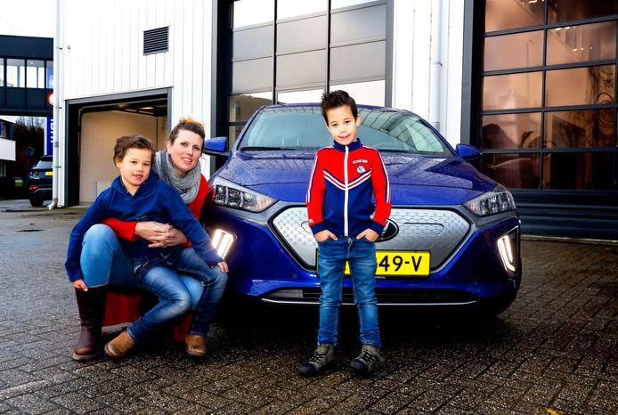 De ultieme praktijktest: Marleen en haar twee zoontjes Steef (R) en Raaf testten de Hyundai Ioniq Electric zes maanden lang samen met de autoredactie van deze krant.