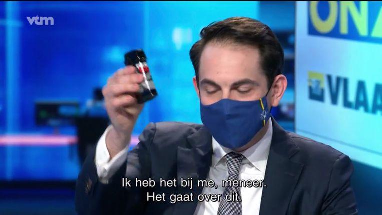 Tom Van Grieken met pepperspray in het 'VTM nieuws' op 14 februari. Scheltiens: 'Daar was uiteraard in de partij over nagedacht en gepraat. Ik vermoed dat Van Grieken voelt dat er draagvlak is voor zulke provocaties.' Beeld vtm