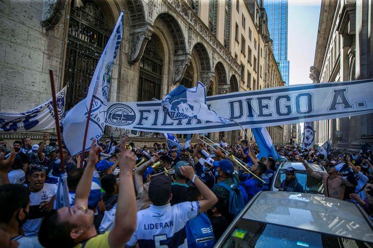 Fans van voetballegende voor de kapel waar Maradona te ruste wordt gelegd.  Beeld EPA