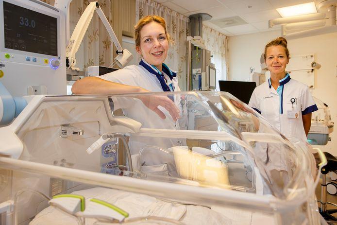 Kinderarts Kimberley Wagemans-Bonouvrie (l) en lactatiekundige Moniek Rooijakkers in het MMC.