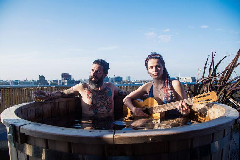 Pak je gitaar en laat je met betatoeëerde baardmannen in een hot tub zakken op het dak van het Volkshotel. Beeld Volkshotel