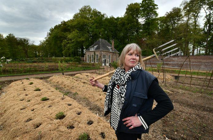 Jemima de Brauwere in de moestuin op haar landgoed Zuylenstein.