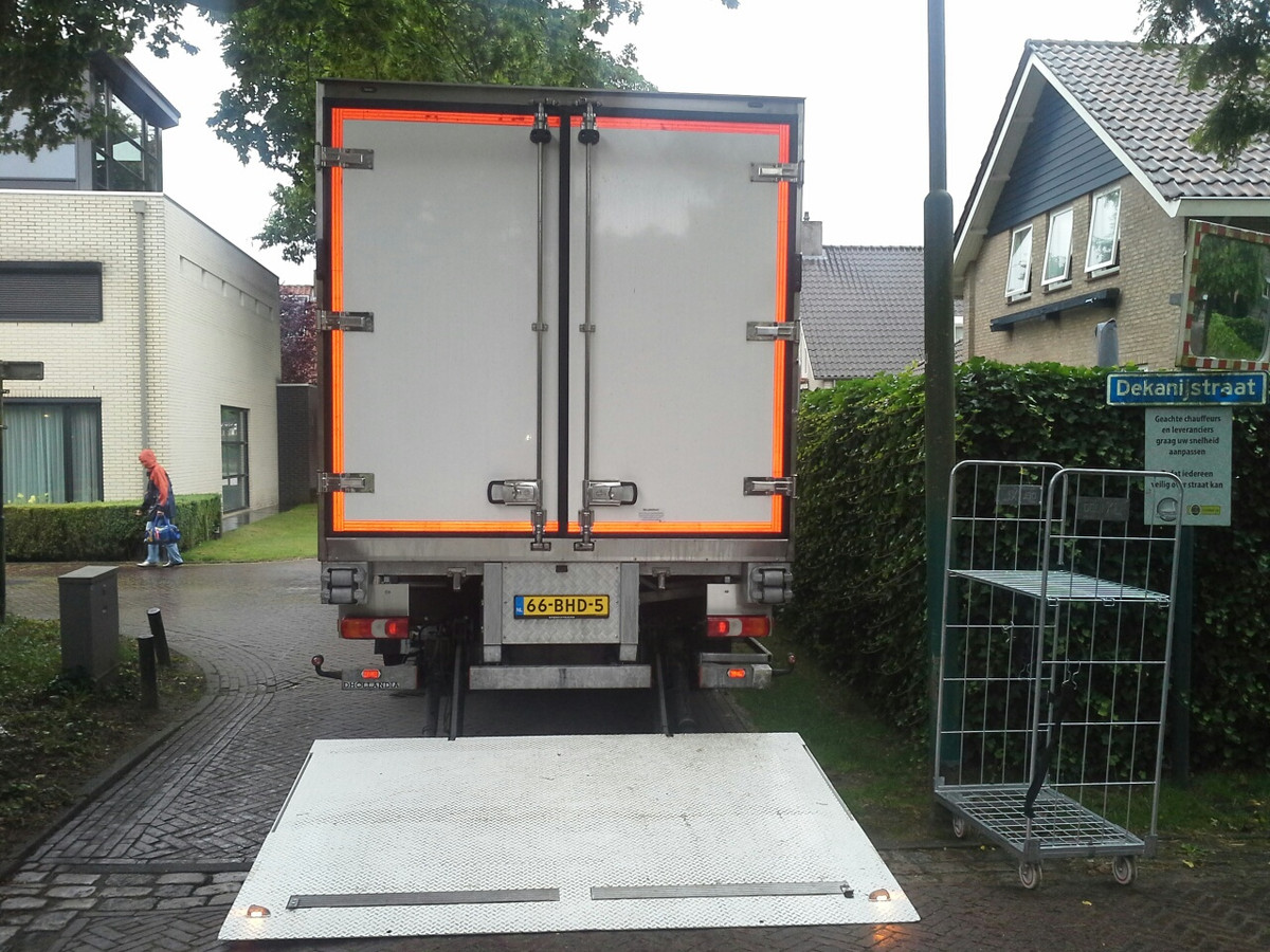 Vrachtverkeer voor de horeca aan de Vrijthof in Hilvarenbeek blokkeert de Dekanijstraat.