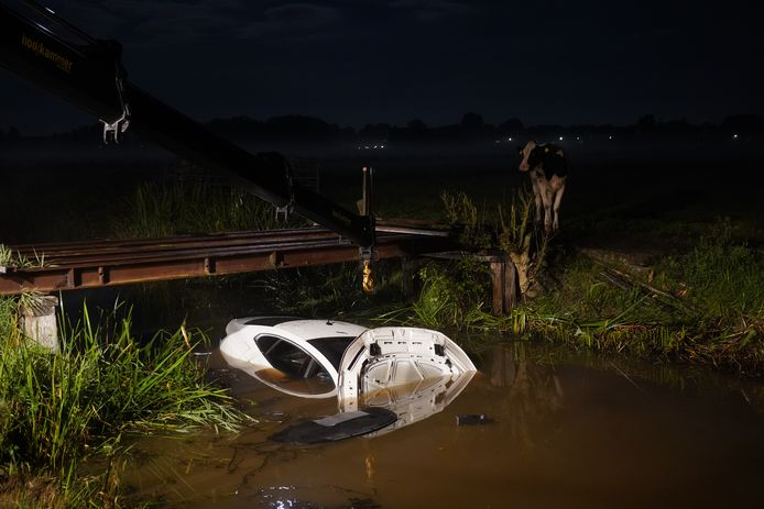 Op de Holtrustweg bij Rouveen is zondagnacht een auto te water geraakt.