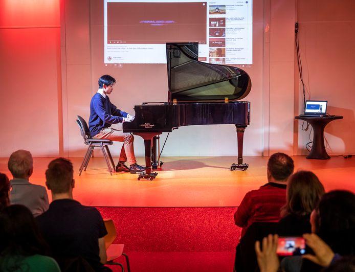 Een van de weinige leerlingen van Chinese afkomst voerde een werk van componist Rachmaninov uit op piano tijdens de feestelijke nieuwjaars- en HSK-bijeenkomst op het Stedelijk College Henegouwenlaan in Eindhoven.