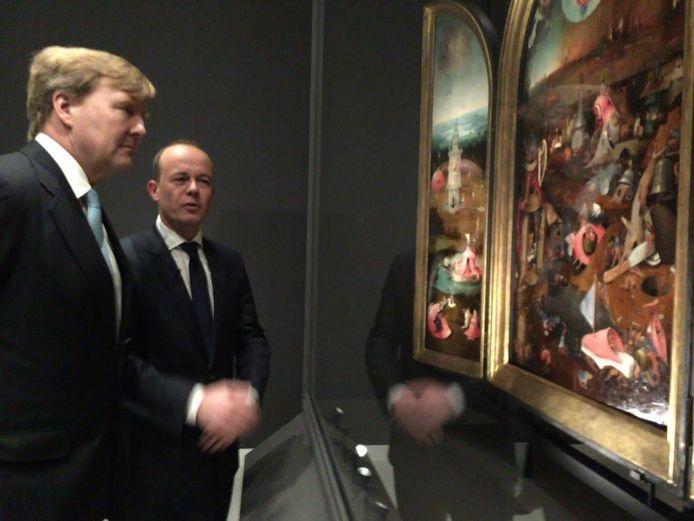 De Koning bekijkt de werken in het Noordbrabants Museum.