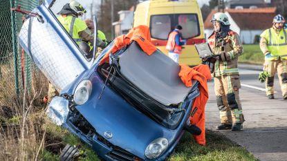 Brandweer bevrijdt vrouw uit auto die in berm belandde langs Oudenaardseweg