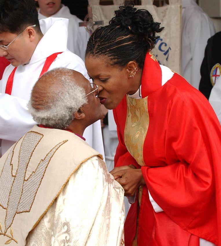 Mpho Tutu kust haar vader, nadat zij door hem tot priester is gewijd in Alexandria, Virginia, in 2004. Beeld REUTERS