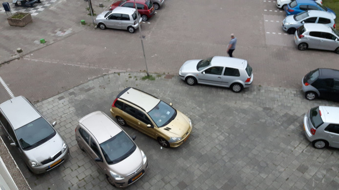 Foutgeparkeerde auto's op de stoep bij Het Klokhuis.