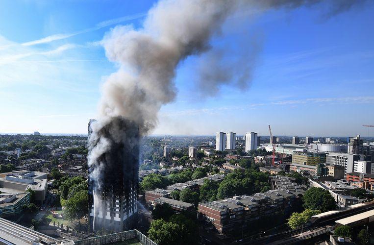 De rokende Grenfell Tower op 14 juni. Beeld EPA