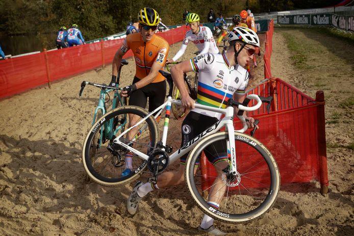 Tim van Dijke (links) gaat in de eerste ronde met wereldkampioen Ryan Kamp voorop tijdens het EK.