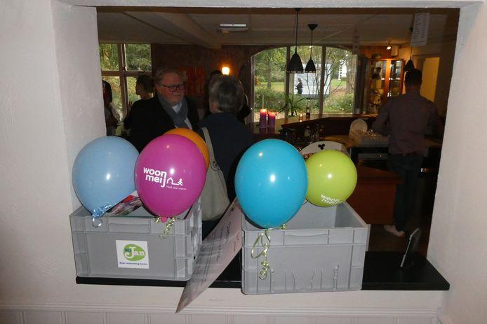 Bij Jan kreeg woensdag werkkratjes waarin ze hun spullen kunnen opbergen bij gastheer Bint in Sint-Michielsgestel.