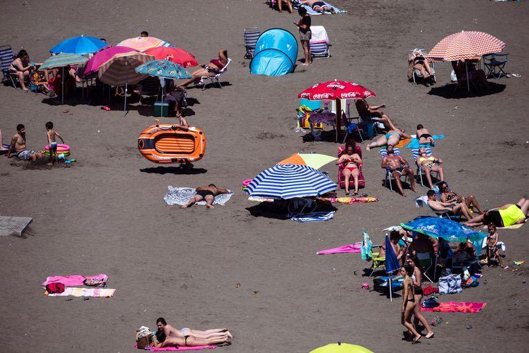 Zonnekloppers op een strand in Málaga, voor de grote drukte afgelopen weekend op gang kwam. Beeld EPA
