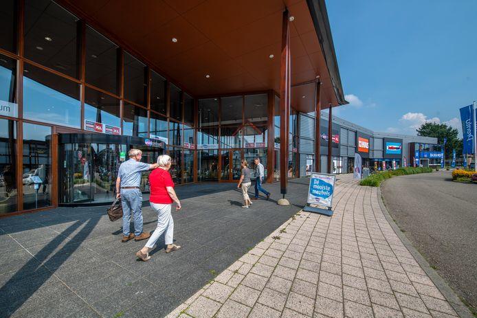 De Woonboulevard in Apeldoorn bruist als nooit tevoren door de komst van nieuwe winkels.