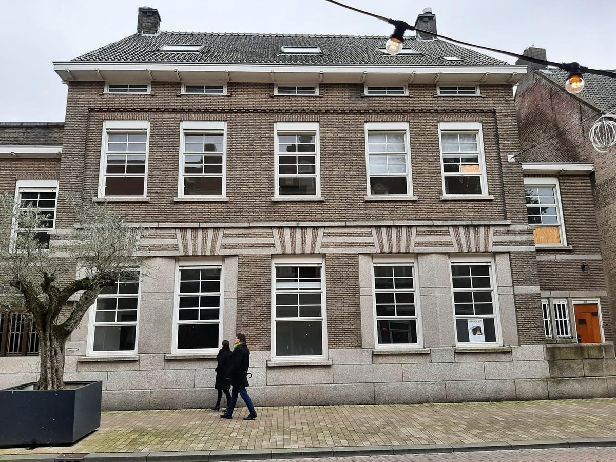 Voormalige bank, later galerie Kokon, met dienstwoning. Stationsstraat 38-40