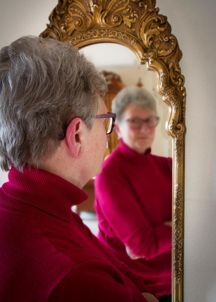 Anna Slijper heeft genoeg sociale contacten. Toch voelt ze zich alleen in haar homoseksualiteit. Ze hoopt gelijkgestemden te vinden. Ze wil haar verhaal wel kwijt, maar ze wil niet al te herkenbaar in beeld zijn.