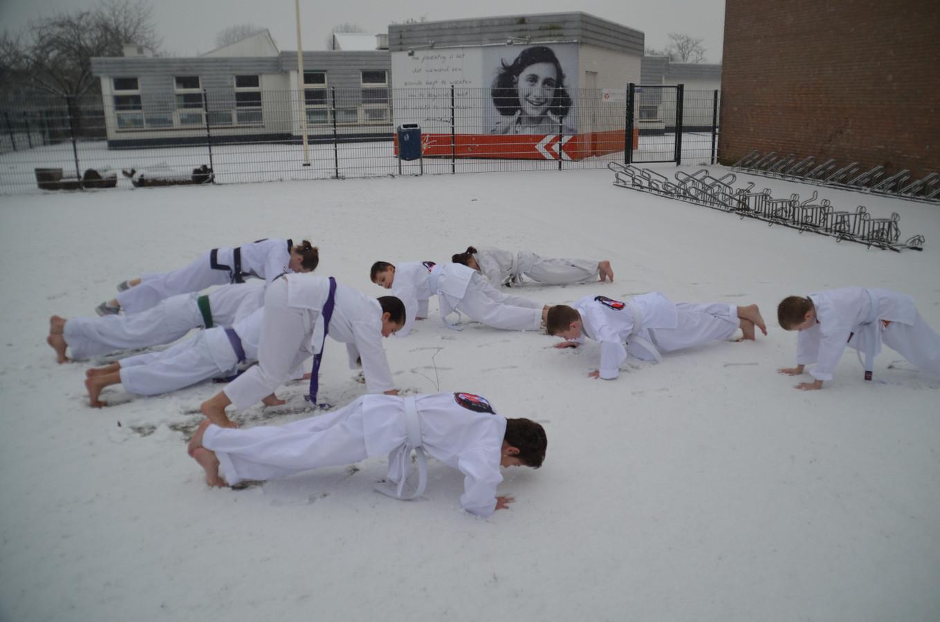 Equilibrium Combat Tang Soo Do (Koreaanse Karate) oefent in de sneeuw bij de Anne Frank basisschool in Arnhem.