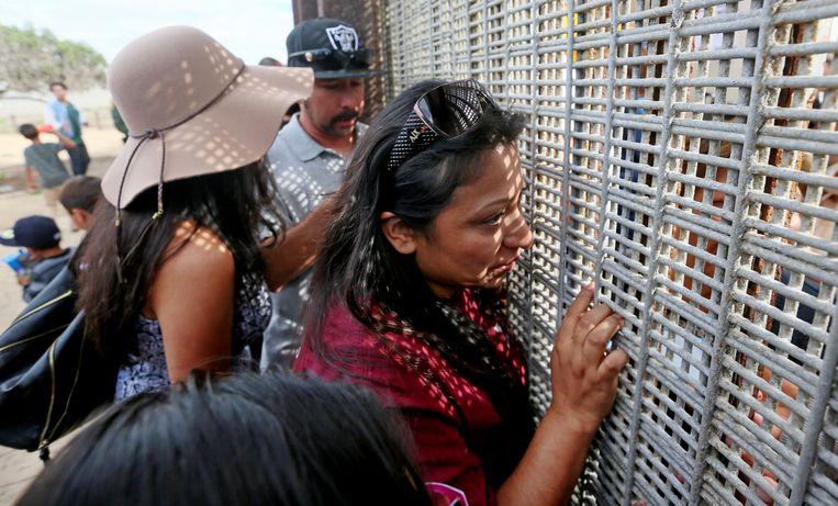 In Friendship Park krijgen gebroken families acht uur per week de kans elkaar te ontmoeten. Beeld AFP