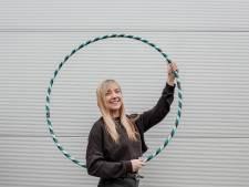 Kleurrijke hoepels van Sharon (29) zijn hot: 'Je kunt zelfs hoepelen en tv kijken'