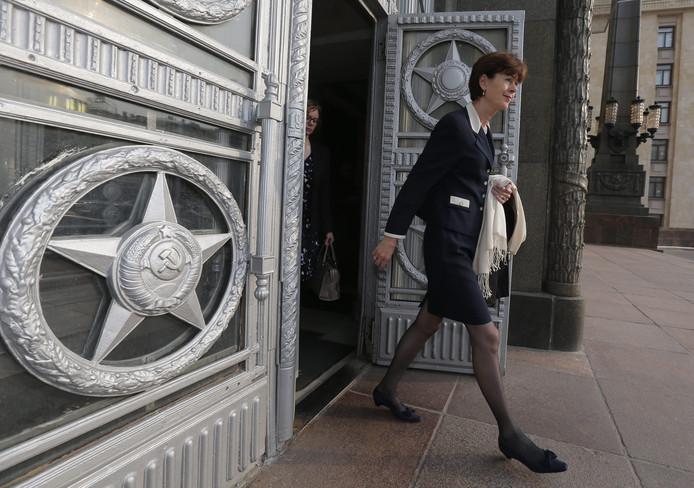 De Nederlandse ambassadeur Renée Jones-Bos verlaat het Russische ministerie van Buitenlandse Zaken.
