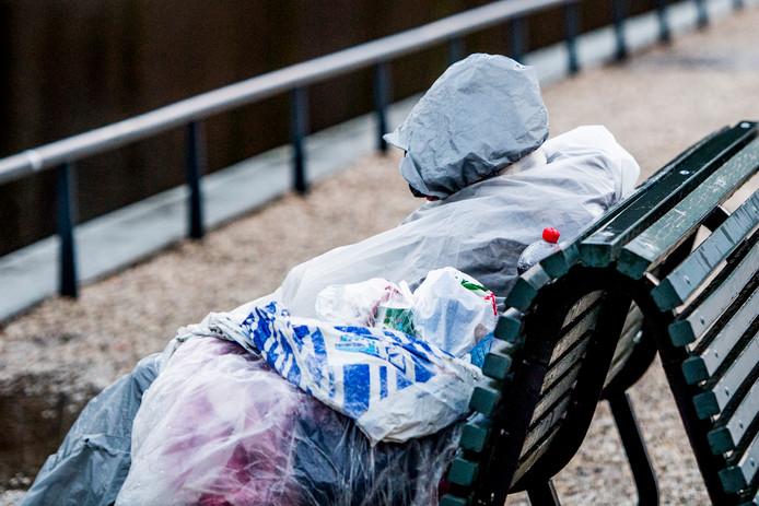 Bij slecht weer is slapen in sporthal  veiliger dan op bankje, zo zegt straatadvocaat Frank van der Schee.